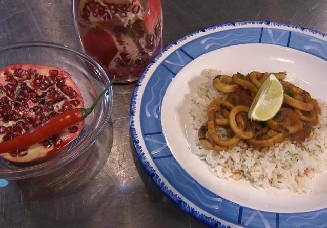 Sharon maakt een snelle maaltijd met calamares en limoenrijst. En met natuurlijk een smakelijk watertje om erbij te drinken.