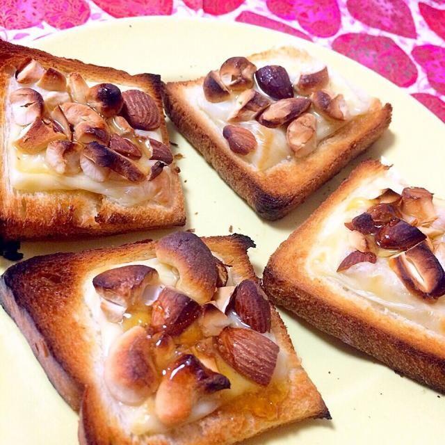 ぺんぎんさんの、ナッツのせトーストを見て、ナッツのせパンを食べたくなりました  チーズとナッツをのせて焼き、はちみつトロリ。 ナッツをのせた後に、焼いてみるの、やってみましたよ〜カリっとして香ばしく、良かったです。  ワインにもあいそう✨ - 171件のもぐもぐ - ナッツとチーズ、蜂蜜のパン♡ by angiee♡