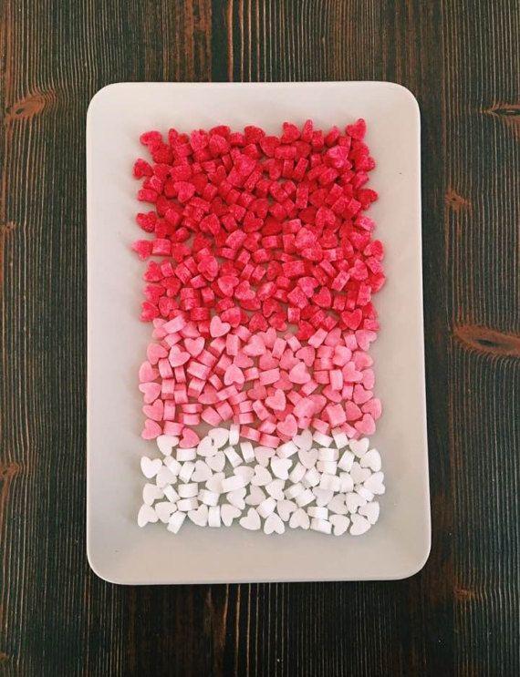Zollette di zucchero carina a forma di mini focolare. Ogni pacchetto include 200 cubetti di zucchero in 4 colori. Sono perfetti per una festa di famiglia o un tè con gli amici. Una borsa bellissima cibo con un fiocco di rafia. Un cubo è come 1/2 cucchiaino di zucchero.  Lo zucchero viene fornito in un sacchetto di plastica alimentare sicuro per il regalo con un fiocco di rafia  Questo lotto comprende 10 pezzi supplementari di zucchero non dovrete preoccuparvi dandovi 200 pezzi di zuccher...