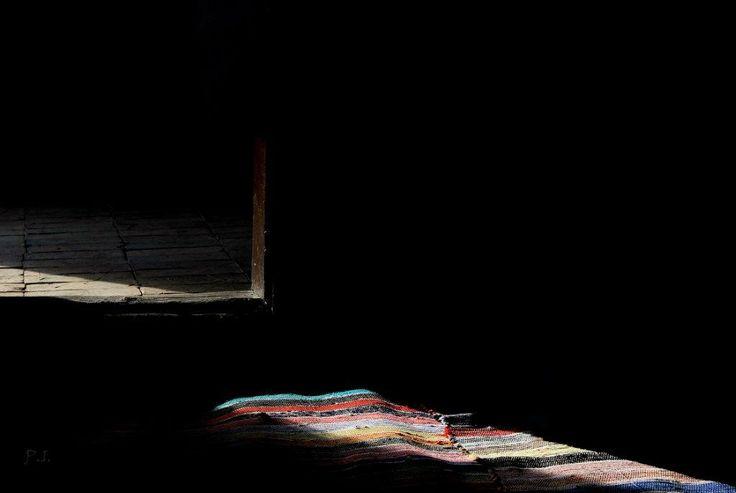 Dr. Pálffy István  EMLÉKEK Egyik kedvenc képem. Mindig valami eszembe jut, ha ránézek... Ha nem, szabadjára engedem a fantáziám, hisz a kő, a küszöb és a meleg, színes szőnyeg mind az életünk része vagy része volt.  Több kép Istvántól: www.facebook.com/palffydr/photos_albums