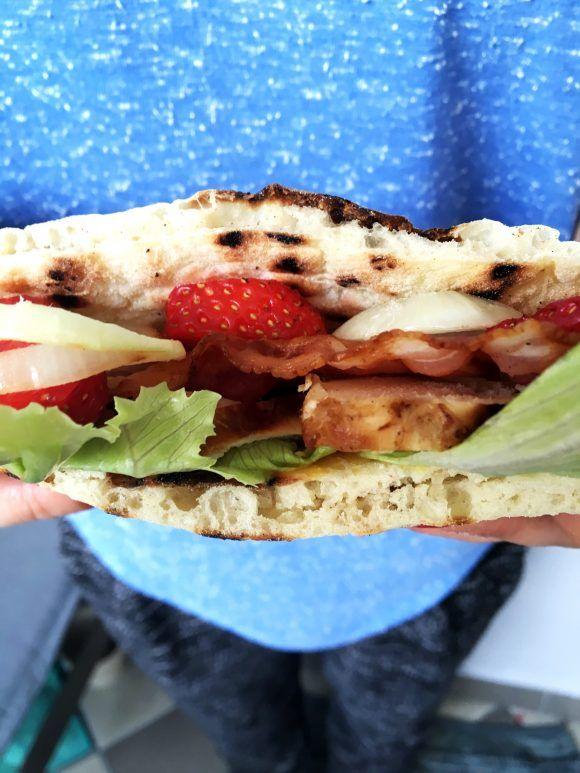 (8 porcji) Składniki: chlebki pita z przepisu :http://healthskie.pl/chlebki-tureckie-pita/ 1 podwójna pierś kurczaka 8 plasterków boczku kilka liści sałaty lodowej ok. 10 truskawek 2 cebule musztarda figowa …