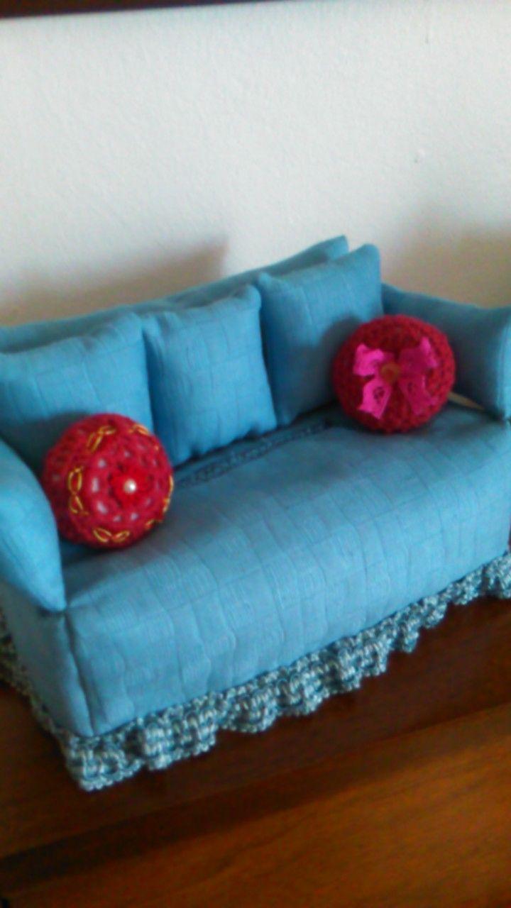 divanetto porta fazzoletti con cuscini lavorati all'uncinetto