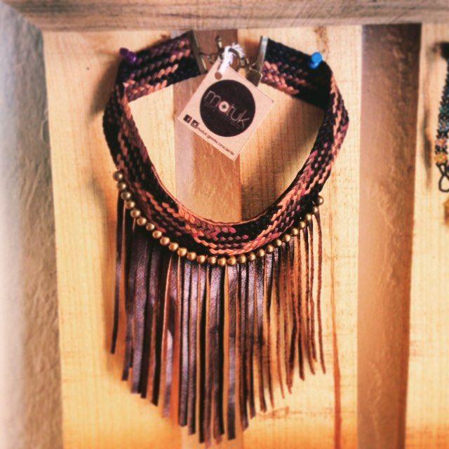 Collar tejido a mano con retazos de piel. Handwoven necklace with reused leather
