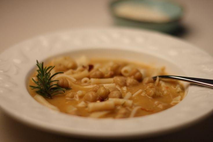 Pasta e ceci Bimby, ricette primi piatti bimby  Durante la stagione fredda non c'è niente di più buono che una bella zuppa di legumi.  Io li adoro tutti: i fagioli, le lenticchie, i piselli, ma più di tutti mi piacciono i ceci.  Senza bimby mi ci voleva un po' a prepararli e...