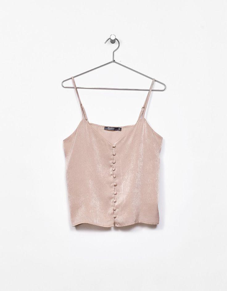 Τοπ σατέν με τιράντες και κουμπιά. Ανακαλύψτε το μαζί με πολλά άλλα ρούχα στο Bershka, με νέες παραλαβές κάθε εβδομάδα.
