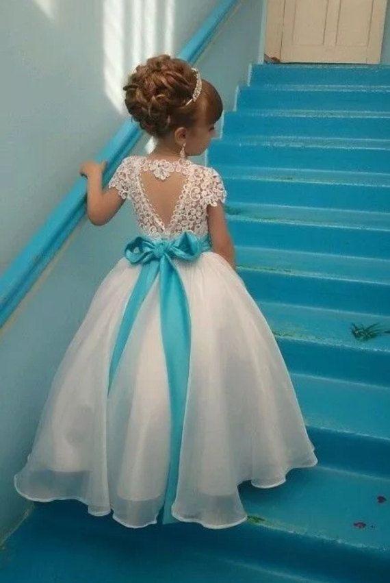 Robe de fille de fleur super mignon et classique avec une ceinture de strass et de beau coeur découpé pour le dos.  Choisissez parmi plusieurs couleurs de rubans.