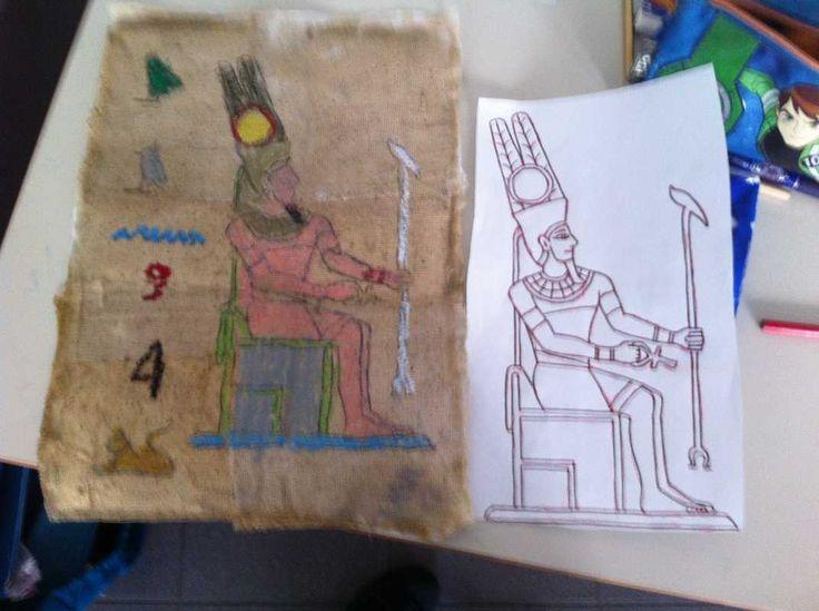 Anche noi abbiamo realizzato i papiri degli Egizi in classe 4a… Colorati, antichi, che raccontano una storia…ci piacciono molto! Prima abbiamo osservato la pianta di papiro che stiamo facendo crescere a scuola e abbiamo conosciutoil processo di lavorazione per giungere ai fogli usati dagli antichi egizi. Siccome noi non possiamo fare il processo originale perchè …