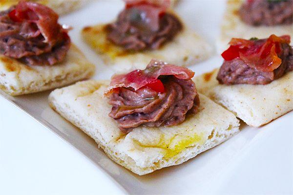 Hummus de Frijoles Negros, Prosciutto, Pimientos y Alcaparras - BuenApetito!