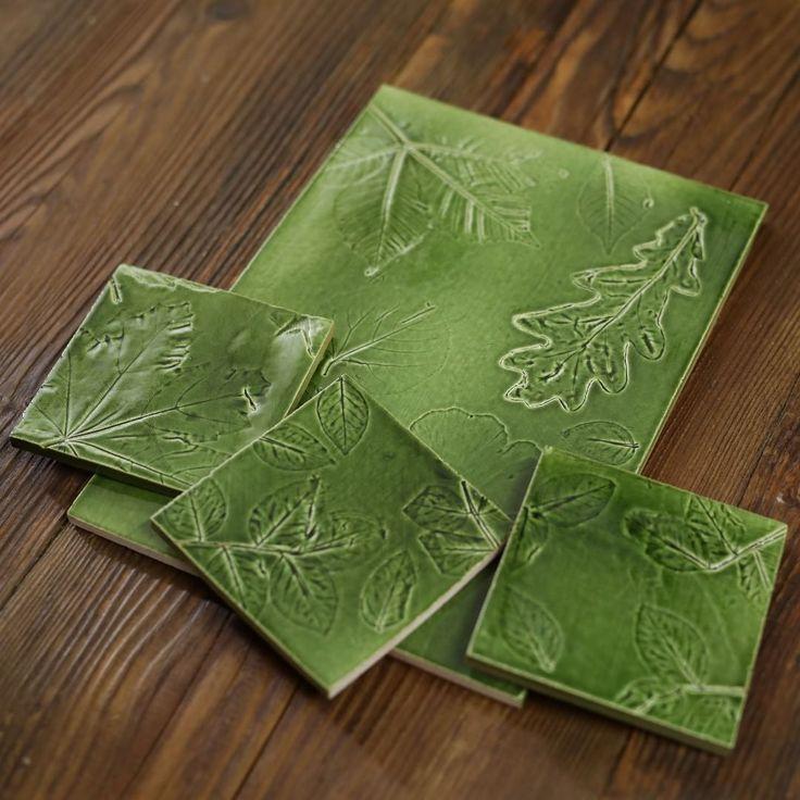 Každý kus je originál.  #tiles #handmadetiles #kitchen #kitchendecor #ceramic #ceramictiles #interiordesign #bathroom #green #greentiles #obkladacky #tileme #nature #slovakhandmade #madeinslovakia #tilelove #tileporn #dreamkitchen #dizajn #backsplash