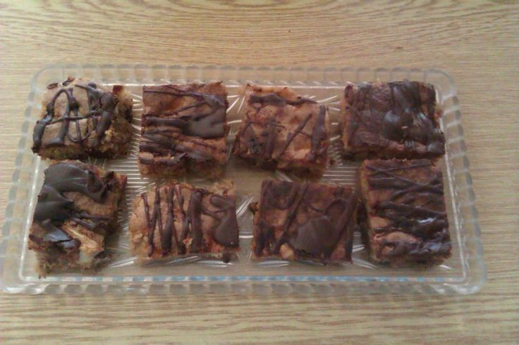 Šarišsky jablukovy koláč Suroviny: 4 až 5 vajca, 1 1/2 harčička kryštaľovoho cukru, jeden harčiček oleja, 2 harčky hl. múky, 1 čajová lyžka škorice, jedna čajová lyžka sódy bikarbóny, 100 g čokolady na varenie, pul harčička našekaných orechov,3 - 4 jabluka. Postup: Vajca vyšlahame s cukrom, postupne pridame oleja, múky, škoricu, sódu bikarbónu, na kocečky našekanú čokoladu i orechy, a na malé kocky nakrajané jabluka.Šicko pomišame a vylejeme na papirom vyložený plech. Pečieme 50 min. pri 180…
