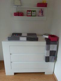 Eindresultaat babykamer grijs, wit met gekleurde labeltjes | Een kijkje bij de klant thuis | Sies Factory