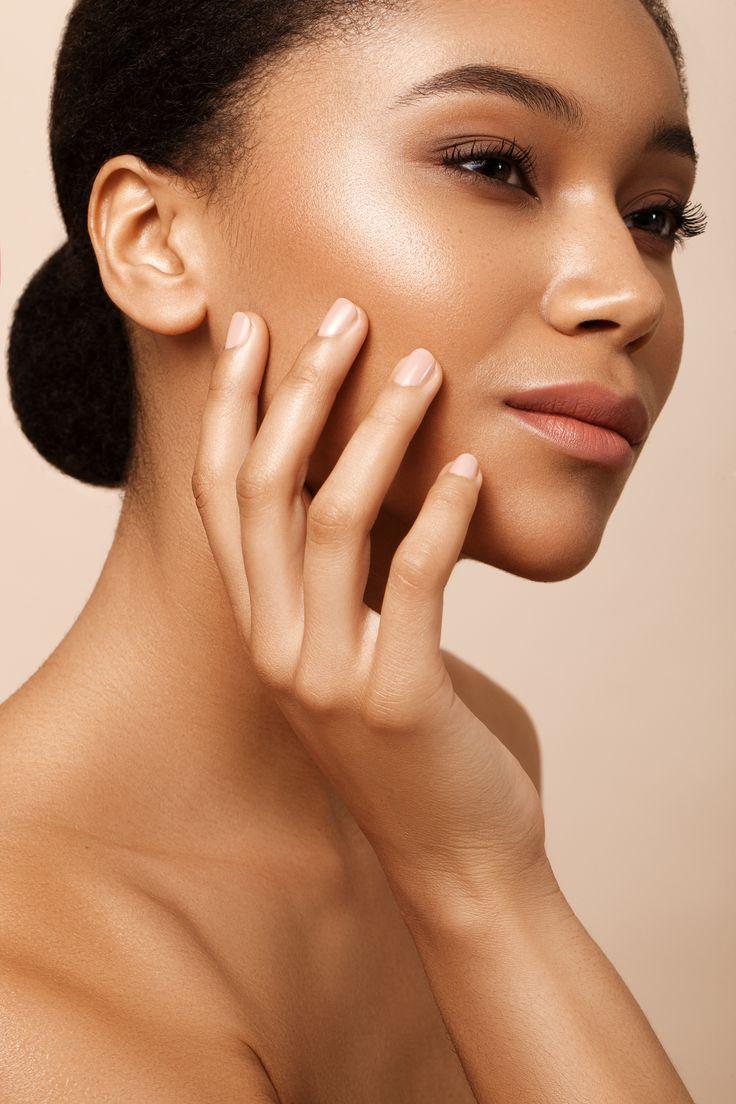 © Kriss Logan, photo beauté, model métisse, make up naturel doré, maquillage d'été, lumineux, brillant. beauty