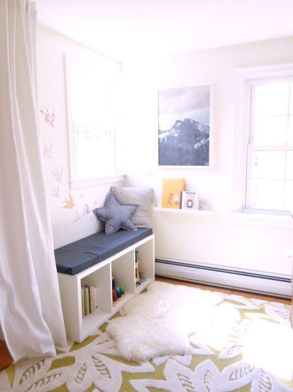 Elegant Leseecke im Kinderzimmer teppich wei e gardinen bank kissen