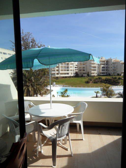Veja este anúncio incrível na Airbnb: Apartamento com piscina e jardins - Apartamentos para Alugar em Alvor