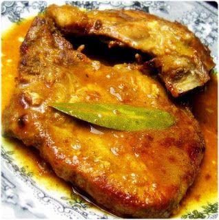 O molho de especiarias realça lindamente umas simples costeletas de porco... A receita original é do blog macaense Experiências na Cozinha...