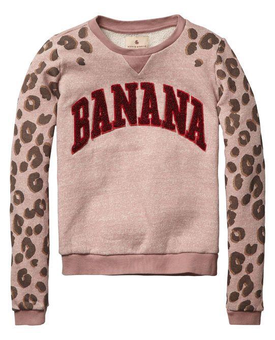 Trek jeans aan en relax in stijl met deze sweater met college graphics en ronde hals.
