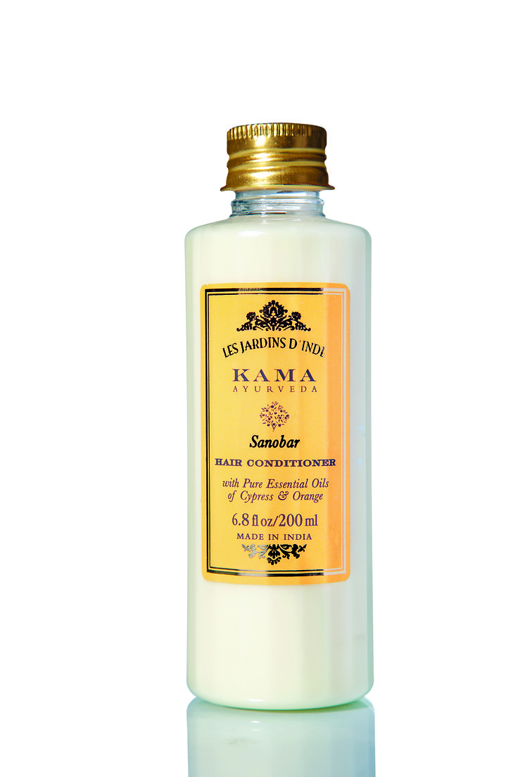 A smoothing conditioner for oily, damaged hair that softens, smoothes, and revitalizes for healthy, glossy hair.
