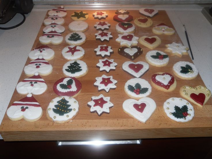 Christmas biscuits #santa biscuits white red green gold sugar paste # cake design - biscotti natalizi Babbo Natale
