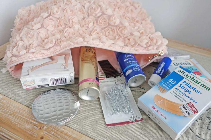 Mit einer Notfall-Tasche für die Braut am Tag der Hochzeit ist man auf viele Eventualitäten vorbereitet. Diese Sachen sollten unbedingt hinein!