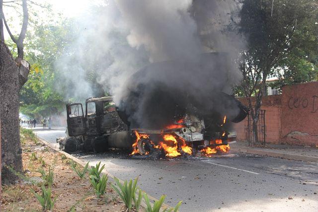 Camión mezclador de cemento incenciado por los manifestantes #21A