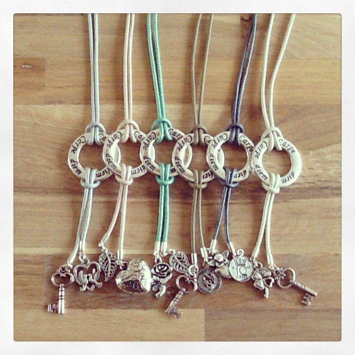 Lange lederen 'carpe diem' kettingen in de kleuren: zilver, roze, groen, taupe, grijs & beige