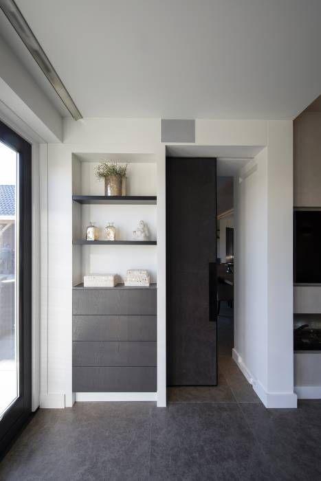 Nissen kast: moderne Woonkamer door Medie Interieurarchitectuur