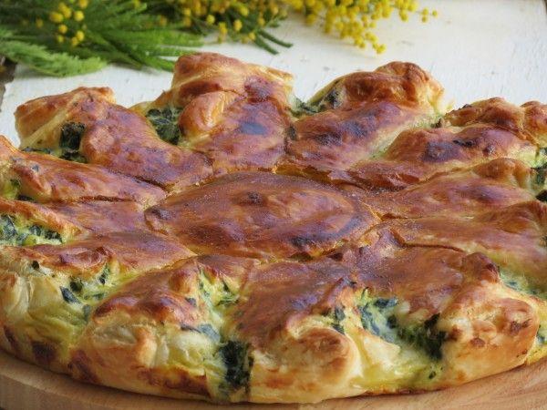 пирог с рикоттой и зеленью /      ингредиенты :   слоёное тесто - 2 шт .  чеснок - 2 дольки .  мангольд / или шпинат / - 800 г .   цукини - 1 шт .  рикотта - 250 г .   козий сыр - 120 г .  яйца - 2 шт .  желток - 1 шт .   молоко - 20 мл .   пармезан / натёртый / - 80 г .   оливковое масло - 3 ст. л.  мускатный орех - по вкусу .  соль , перец - по вкусу .