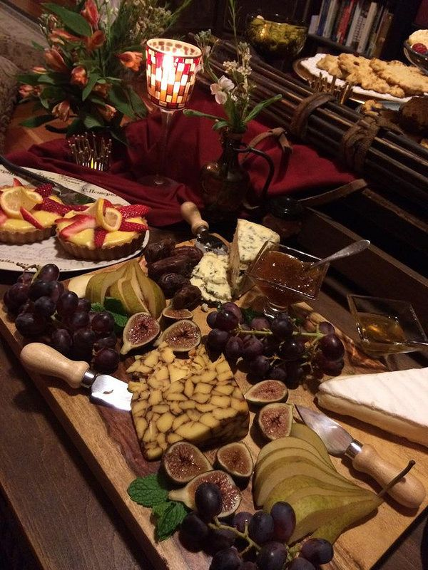 Game of Thrones snack spread to inspire. Love the cut in half figs, they are delicious, they look so medieval and also kinda gory. Also grape bunches, cheese wedges. Looks very authentic.