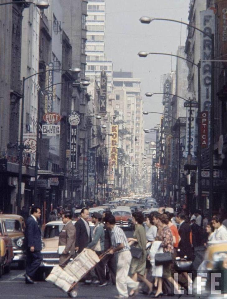 La transitada calle de Madero en una fotografía de los años sesenta. Esta vía, antiguamente conocida con los nombres de San Francisco y Plateros, es desde hace mucho tiempo uno de los espacios comerciales y de encuentro más concurridos de la ciudad, lo que motivó su cierre al tránsito vehicular.