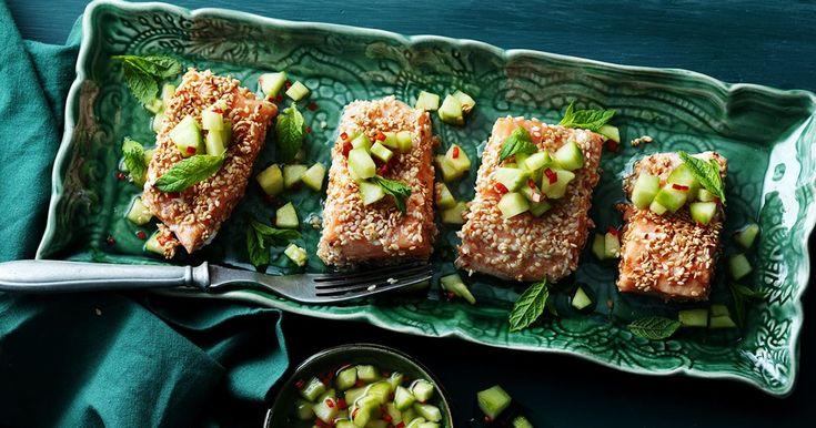En modern variant på inkokt lax. Den picklade gurkan och färska chilin ger en härlig smakbalans.