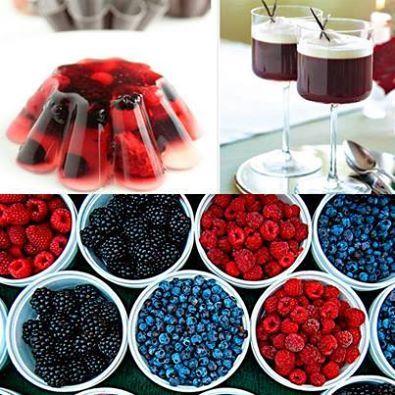 GELATINA DE VINO Y FRUTOS ROJOS Ingredientes 150 gramos de fresas 150 gramos de arándanos 2 tazas de agua 1 taza de vino tinto seco ½ taza de azúcar 1 sobre de gelatina natural Preparación En un envase mezcle el vino tinto, una taza de agua y el azúcar. Caliente el agua restante, disuelva la gelatina y agréguela a la mezcla anterior. Vierta la mezcla en el molde en que piensa servir, o en envases individuales. Pique las fresas y los arándanos y añádalos a la gelatina. Refrigere. #WineUp