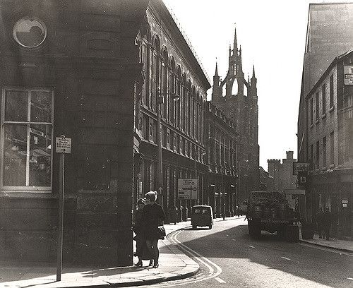https://flic.kr/p/7eae2s | 058931:Groat Market Newcastle upon Tyne Torday L. c.1963 | Type : Photograph Medium : Print-black-and-white Description : A view of the Groat Market Newcastle upon Tyne taken c.1963.  The photograph is looking south towards St Nicholas Cathedral.  The Town Hall is in the foreground to the left.  There is a pub on the right-hand side with a lorry containing beer barrels parked outside.  St Nicholas Cathedral the Black Gate and the Keep can be seen in the…