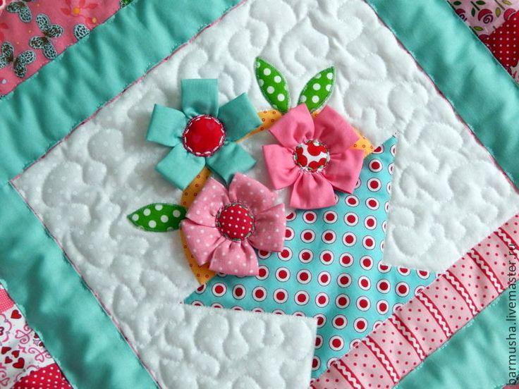 Купить или заказать Лоскутное детское покрывало (одеяло) 'Соберу я корзинку цветов' в интернет-магазине на Ярмарке Мастеров. Авторская работа. Лоскутное детское покрывало (одеяло) украсит интерьер комнаты девочки, станет замечательным акцентом в загородном доме, а также послужит великолепным подарком романтичной особе. Выполнено в нежных оттенках кораллового, алого и изумрудного цвета из 100% американского хлопка. Наполнитель- синтепон. Покрывало легкое, пластичное. Все элементы цве…