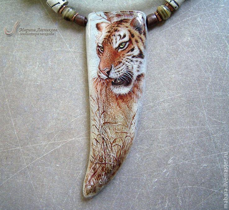 """Купить Кулон-клык """"Тигр"""" - оранжевый, серый, роспись ро рогу, ручная роспись, миниатюра"""