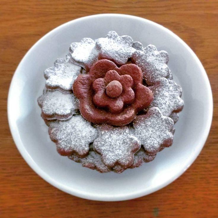 """Crostatina al cacao farcita con confettura di melecotogne e noci de """"Il Fruttuoso Carmelo"""". Il sapore deciso del cacao è bilanciato dalla dolcezza delle melecotogne e dalla struttura delle noci.  Perché piccolo è bello... e buono ��  Grazie a @sara.pasciullo per questa splendida ricetta -  Puoi trovare la confettura sul sito www.igro.it – link in bio.  ________________________________  Cocoa tartlet filled with quinces and walnuts jam by """"Il Fruttuoso Carmelo"""". Cocoa's strong taste is…"""