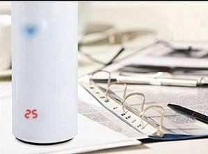 飲み物の温度を色と数字で表示するカップ「Temperature Sensing LED Display Cup」は、あわてものの唇をやけどから守るハイテクカップ