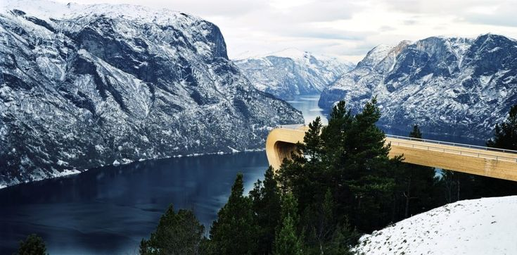 Aurland Lookout.  Недалеко от городов Аурландсвегена и Флома находится один самых величественных фьордов в западной Норвегии. Aurland Lookout очень похож на трамплин, который  находится на захватывающей дух высоте. Находясь на смотровой площадке, вы пройдете, будто по воздуху между верхушками сосен и других деревьев. А также здесь вы посмотрите совсем иначе на природный пейзаж и почувствуете настоящее сближение с природой.