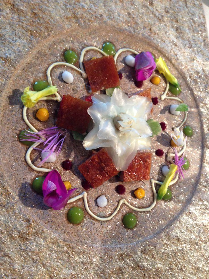 Mandala especiado de flor de alcachofa: ventresca de cordero lechal, mollejas de cordero, yogurt de curry, remolacha, espinacas, nabo, limón, mandarina, boniato, hojas y flores. El Celler de Can Roca. ©Palvarez
