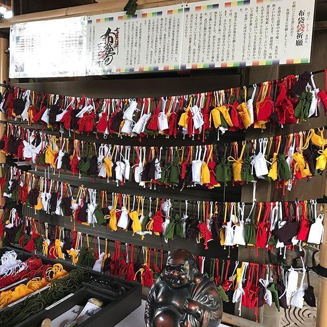 【nakaitaxi_kyoto】さんのInstagramをピンしています。 《中井タクシーの京都観光情報🚕 本日も七福神巡りをしています。萬福寺の布袋袋祈願です。‼️ #Kyoto #Japan #Shrine #Temple #京都 #社寺 #紅葉 #桜》