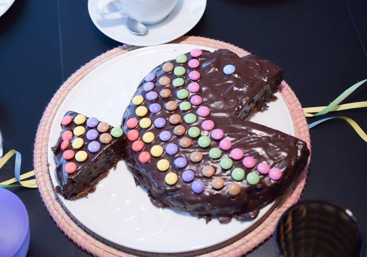 """Kindergeburtstagskuchen schnell und einfach! Kuchen für Kindergeburtstag backen wenn wenig Zeit ist für gestresse Mamas! Motivkuchen """"Fisch"""" mit Smarties."""