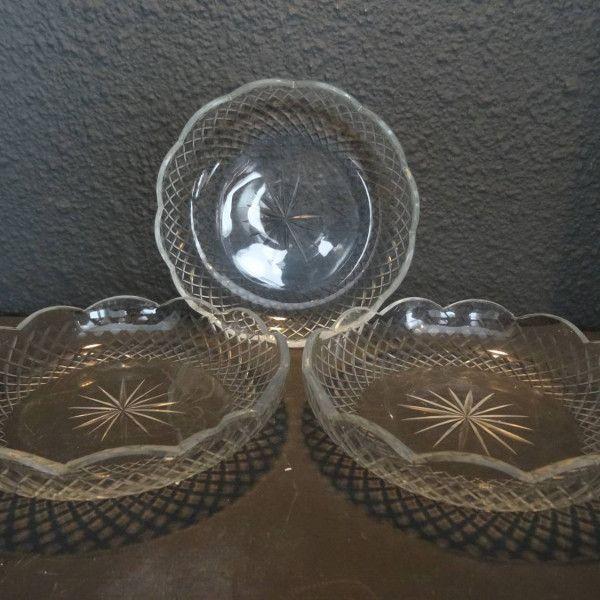Drie kristallen ruit geslepen schaaltjes met geschulpte rand