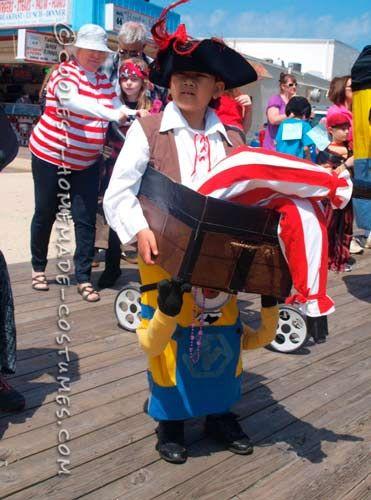 disfraz casero original de un minion llevando un pirata // 35 Disfraces Caseros de Minions que tú puedes hacer en  ►http://trucosyastucias.com/decorar-reciclando/disfraces-minion-caseros  #carnaval #minions #disfraces #diy #original #manualidades #costumes #despicableme#crafts #diy #kids #niños