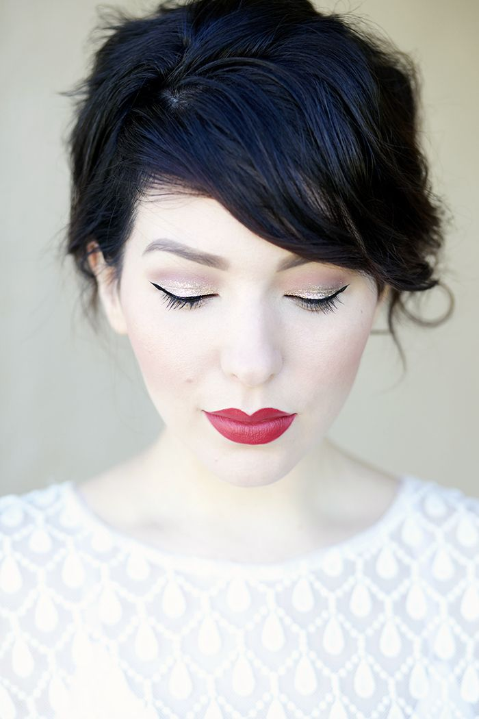 augen schminken, festliches make-up, glitzer-lidschatten, roter lippenstift