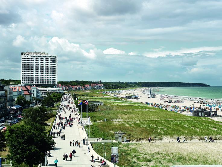 Blick vom Leuchtturm auf das Hotel Neptun Warnemünde