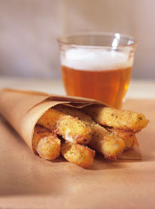 « Frites » de mozzarella Recettes | Ricardo. C'est full lactose-gluten, mais ça a l'air tellement bon! Mes enfants vont adorer!