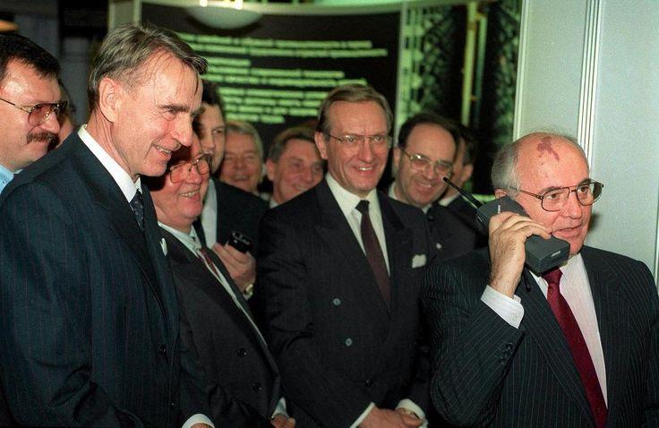 """""""Rauhan aika edellyttää valtioiden yksimielisyyttä siitä, ettei minkäänlaisia ongelmia – ei menneisyydestä perittyjä eikä meidän aikanamme syntyviä – ole mahdollista ratkaista aseiden avulla."""" – Mihail Gorbatsˇov valtiovierailulla Helsingissä lokakuussa 1989. Samalla vierailulla Gorbatsˇov soitti Mobiran Cityman 900 –kännykällä puhelun Moskovaan. Vasemmalla presidentti Mauno Koivisto."""