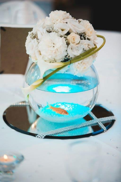 centre de table vase boule, poisson rouge et composition florale