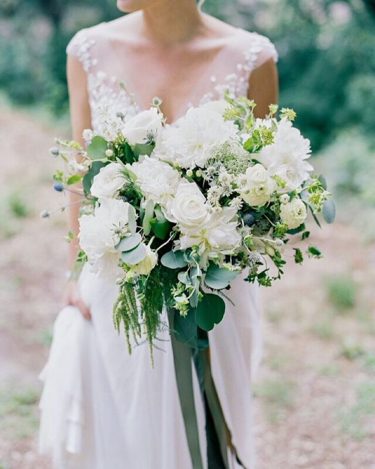 Aaaaaaaand...our last #2015inblooms bouquet of this NYE countdown...in the #1 spot... This lush neutral and airy bouquet for Whitney and Chase's wedding was perhaps our favorite of the year. The elements are simple and it had the loveliest organic movement to it. Sometimes the absence of color is the right way to go and this limited palette hit the spot. Beautiful photography by @markandrewstudios - coming soon to a fantastic print magazine too!  #weddingflowers #rreweddings #bridalbouquet…