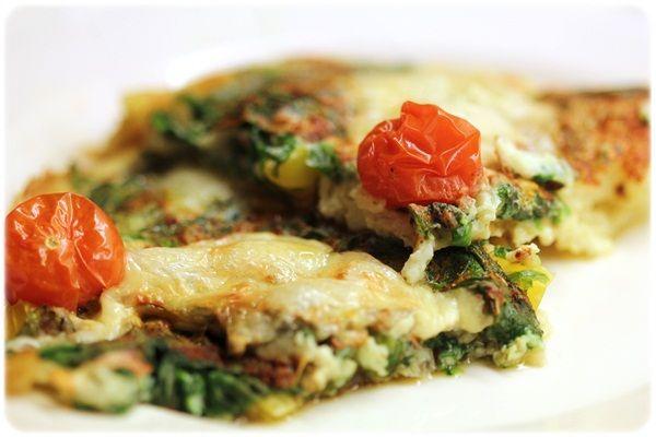 Omelett med spinat og ost: Pisket egg og eggehvitter med litt vann, spinat, lett-ost og cherrytomater over. Stekes et par minutter i panne, deretter inn i ovnen på 200 grader i 15-20 min.