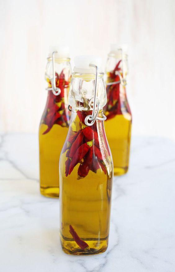 El aceite de oliva es un condimento muy utilizado que puedes personalizar dependiendo de tus exigencias.  Si te gusta lo picante, esta receta te ayudará a preparar aceite de oliva infundido de guindillas, para sazonar pizzas, guisos, carnes y tostadas.  Además, puedes prepararlo y regalar una botella a tus amigos😉